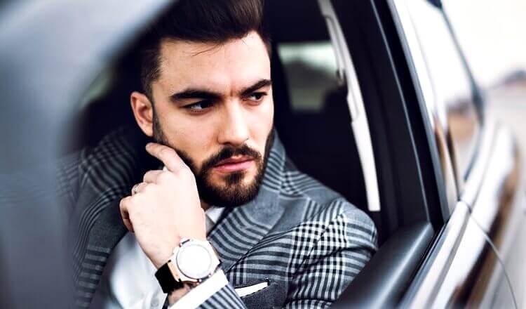 elegancki mężczyzna za kierownicą samochodu