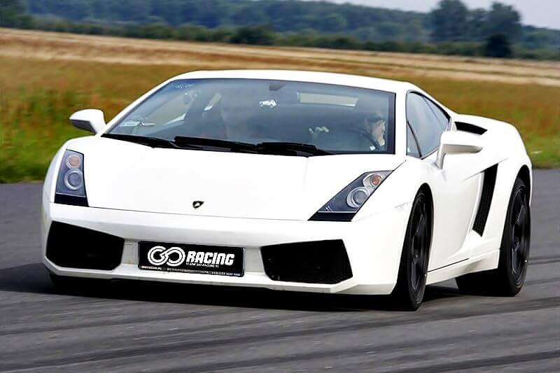 białe lamborghini gallardo na torze wyścigowym