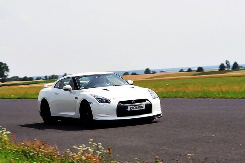 biały nissan GT-R