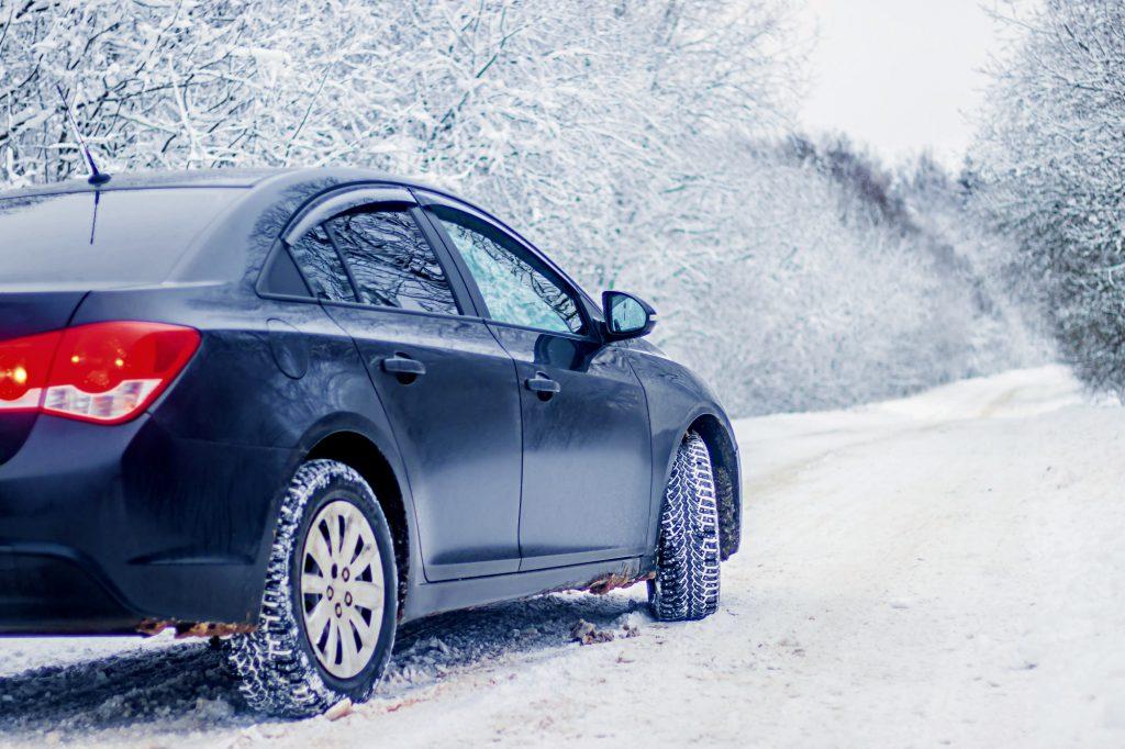 jazda samochodem po śniegu