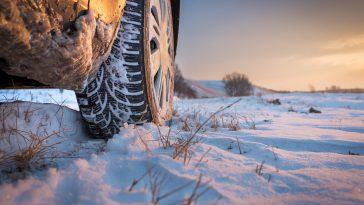 opony zimowe na pokrytej śniegiem drodze